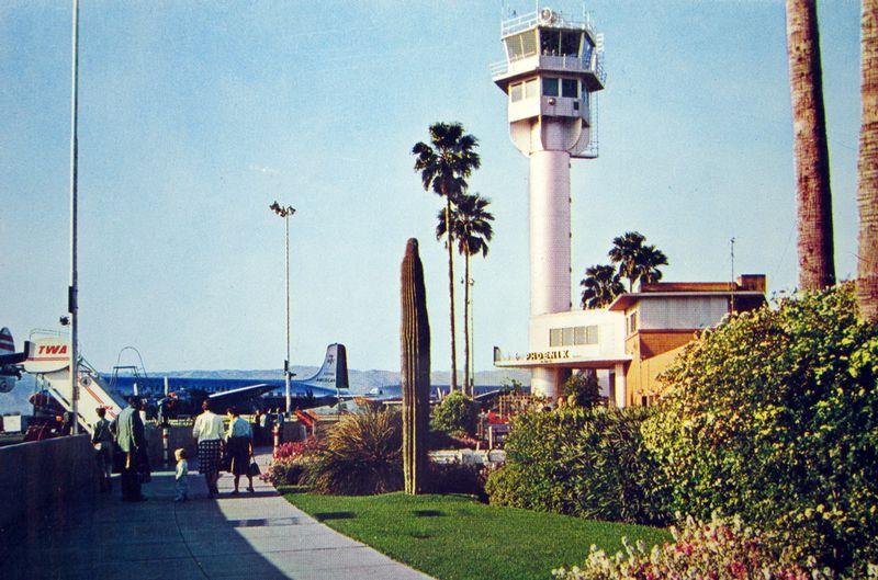 Sky_Harbor_Airport_terminal_1_passengers_1950s