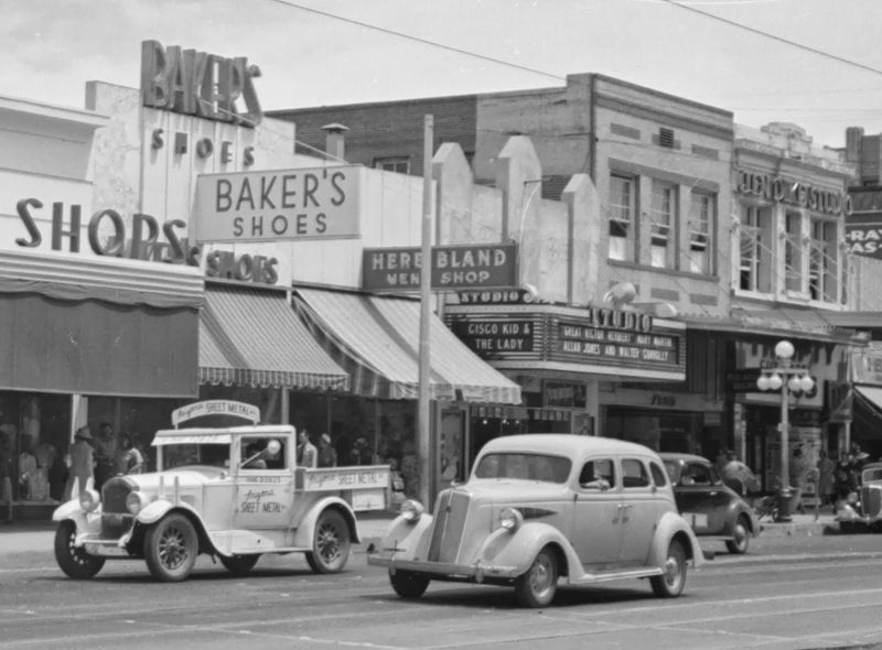 Bakers_Shoes_Washington_between_Central_1st_Ave_1930s