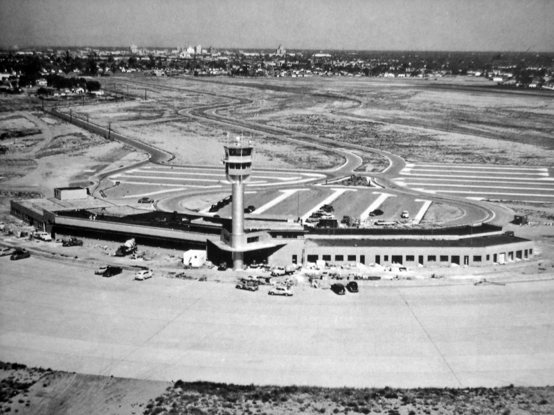 Sky_Harbor_Airport_terminal_1_under_construction_1952