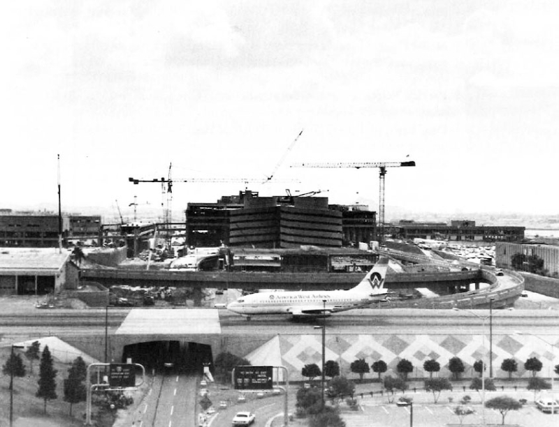 Sky_Harbor_Airport_terminal_4_1990