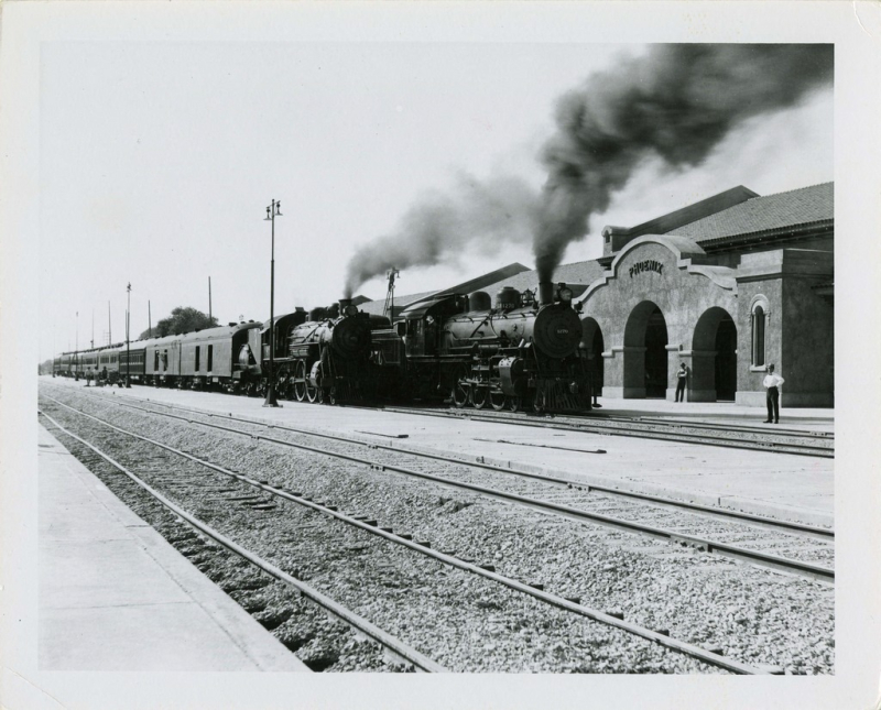 Santa Fe trains at Union Station 1923 angle
