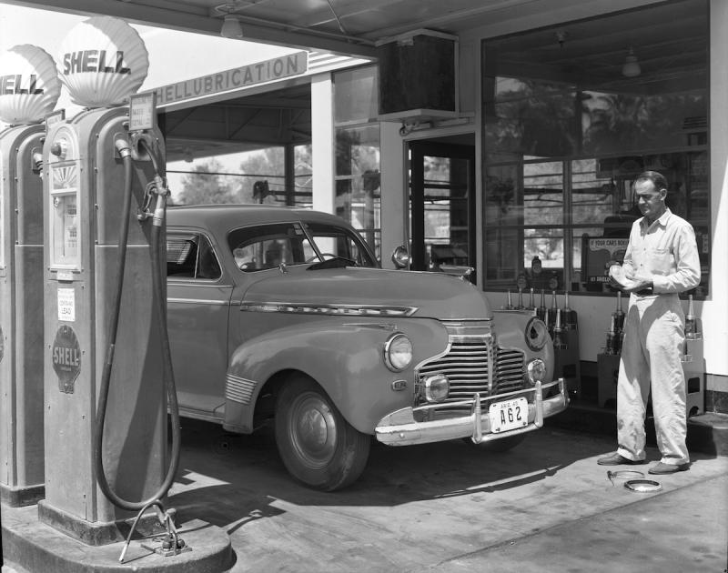 Fixing_headlight_Shell_station_1940s