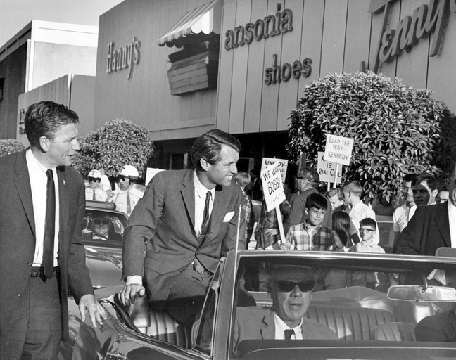 Robert_Kennedy_Chris-town_March_30_1968