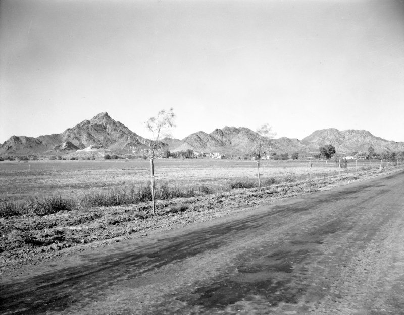 Camelback_16th_St_Squaw_Peak_Wrigley_Mansion_Biltmore_looking_northeast_1940s