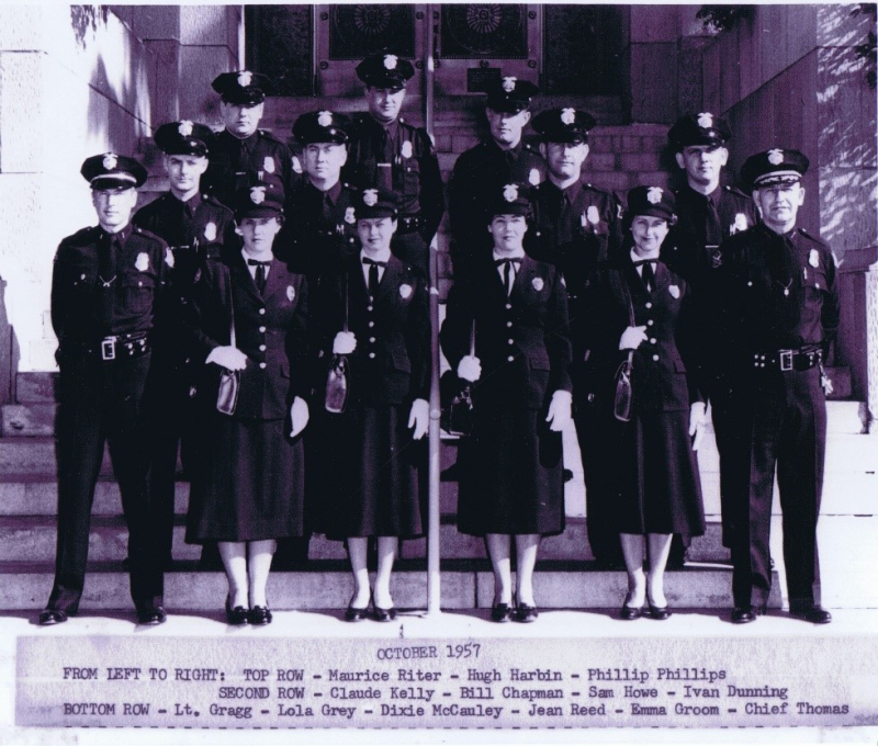 Some-of-the-very-first-policewomen-with-there-gradulating-class-in-Oct-1957.