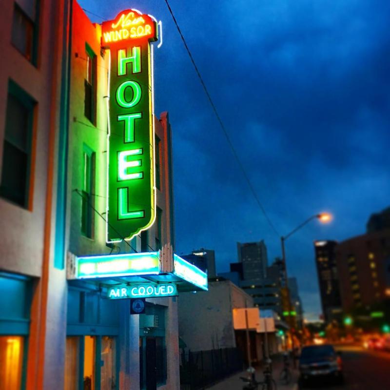 Neon New Windsor Hotel