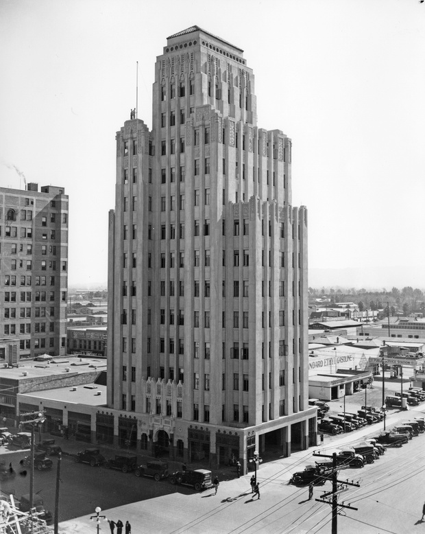 Luhrs_Tower_southeast_corner_standing_on_Jefferson_1st_Ave_1930s